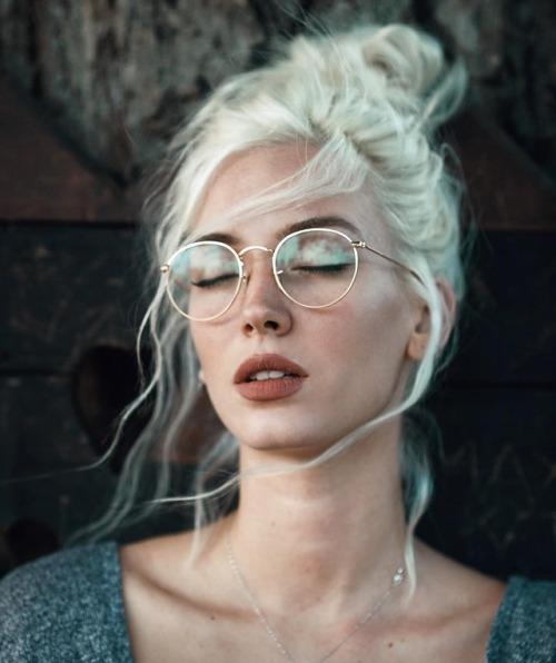 Gözlük Takan Kadınlar İçin 5 Temel Makyaj Taktiği